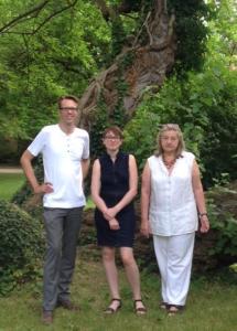 Johannes Stöckler, ich und Hellia Mader-Schwab vor einem 200 Jahre alten Maulbeerbaum